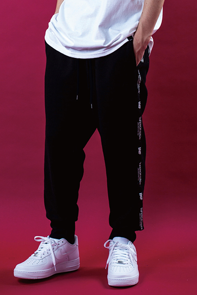 LILWHITE(dot) LW-18AU-B01 -STATEMENT- SIDE LINE SWEAT PANTS BLACK