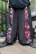 CIVARIZE【シヴァーライズ】フラワー柄マチ付きZIPワイドパンツ Black×Red