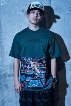 【予約商品】Zephyren(ゼファレン) BIG PHOTO TEE - Decadence - GREEN